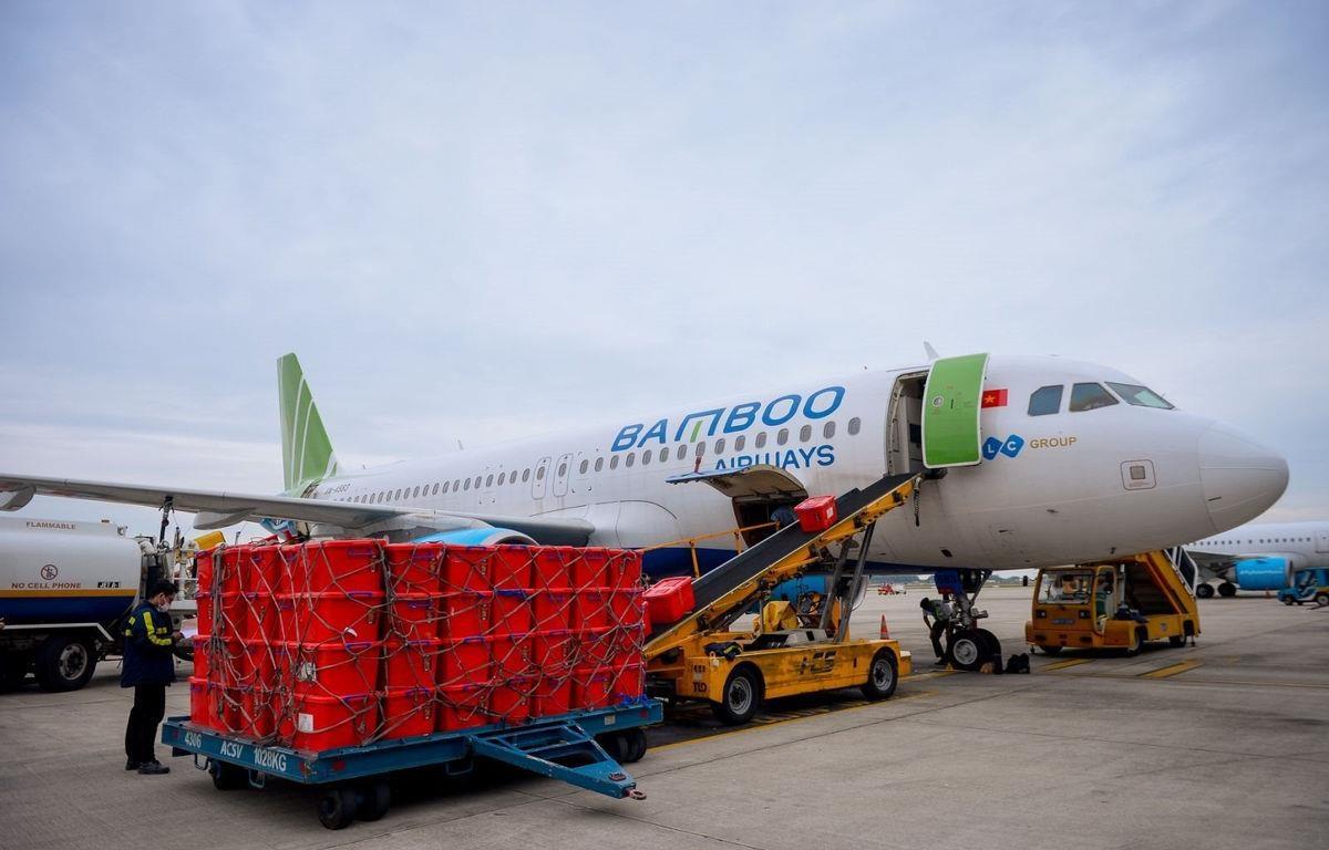 Máy bay của hãng hàng không Bamboo Airways vận chuyển miễn phí thiết bị y tế và dụng cụ phòng chống dịch COVID-19 đến chi viện cho tỉnh Hải Dương. (Ảnh: CTV/Vietnam+)