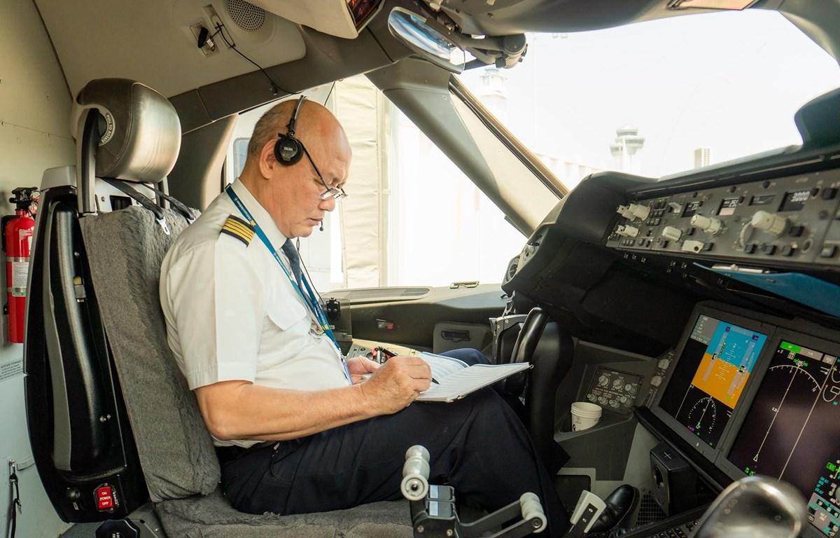 Cơ trưởng Nguyễn Đình Đăng của Đoàn bay 919 thuộc Vietnam Airlines đã có 50 năm cất cánh trên bầu trời. (Ảnh: CTV/Vietnam+)