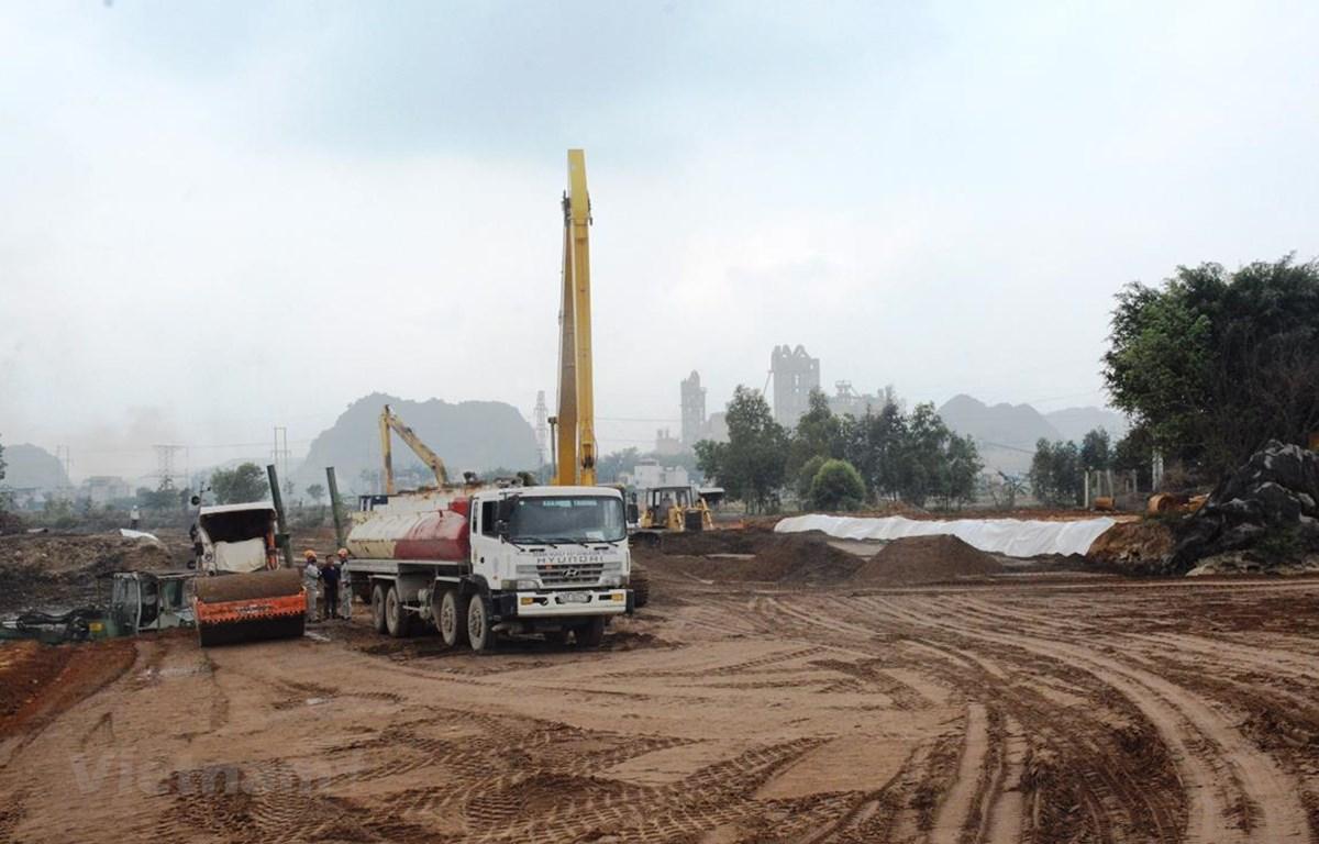 Khó khăn về nguồn vật liệu xây dựng và giải phóng mặt bằng đã ảnh hưởng tới tiến độ thi công của dự án cao tốc Bắc-Nam. (Ảnh: Việt Hùng/Vietnam+)