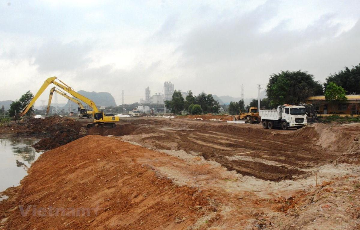 Nhà thầu đang tiến hành thi công nền đường cao tốc Bắc-Nam đoạn Mai Sơn-Quốc lộ 45 đi qua tỉnh Ninh Bình và Thanh Hóa. (Ảnh: Việt Hùng/Vietnam+)