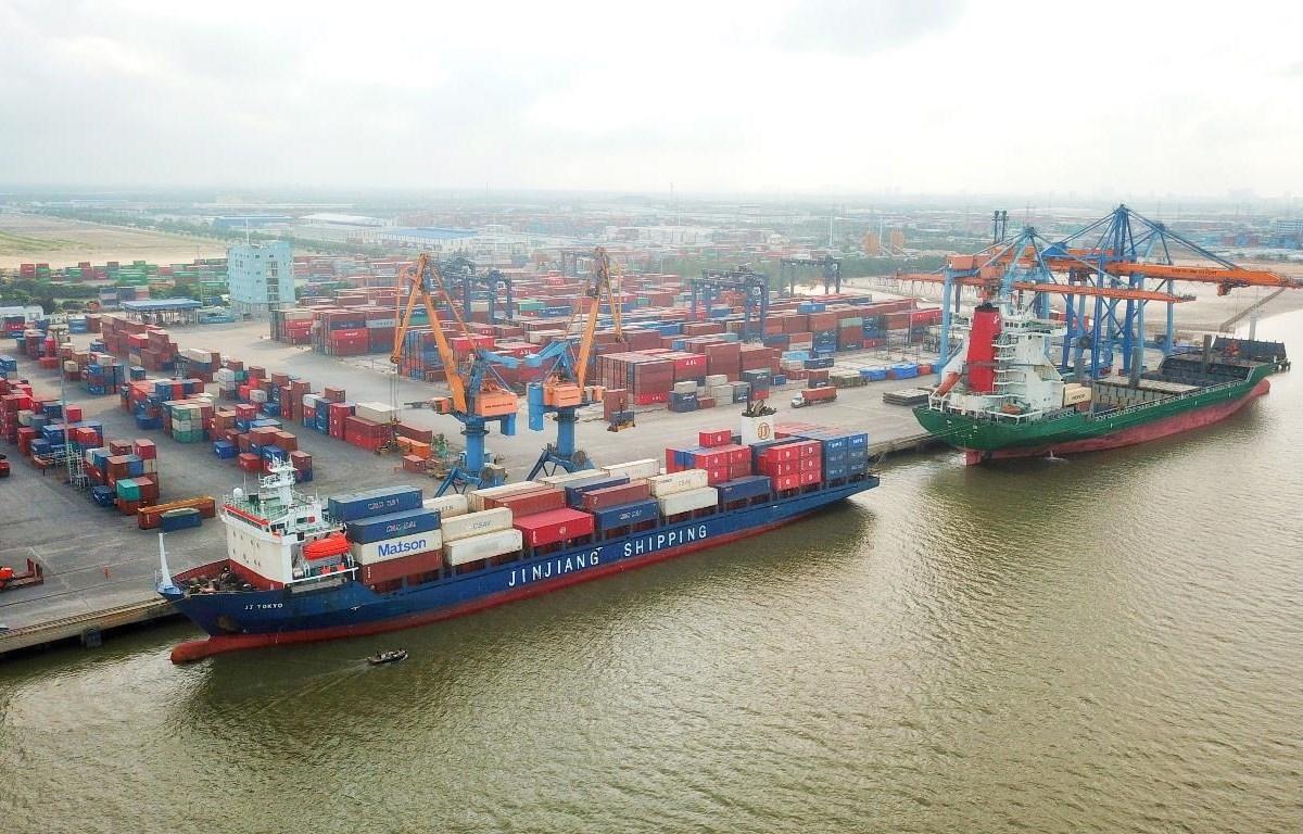 Các hãng tàu biển nước ngoài tăng cước vận chuyển lên khiến doanh nghiệp có mặt hàng xuất khẩu chịu nhiều ảnh hưởng về chi phí. (Ảnh: CTV/Vietnam+)