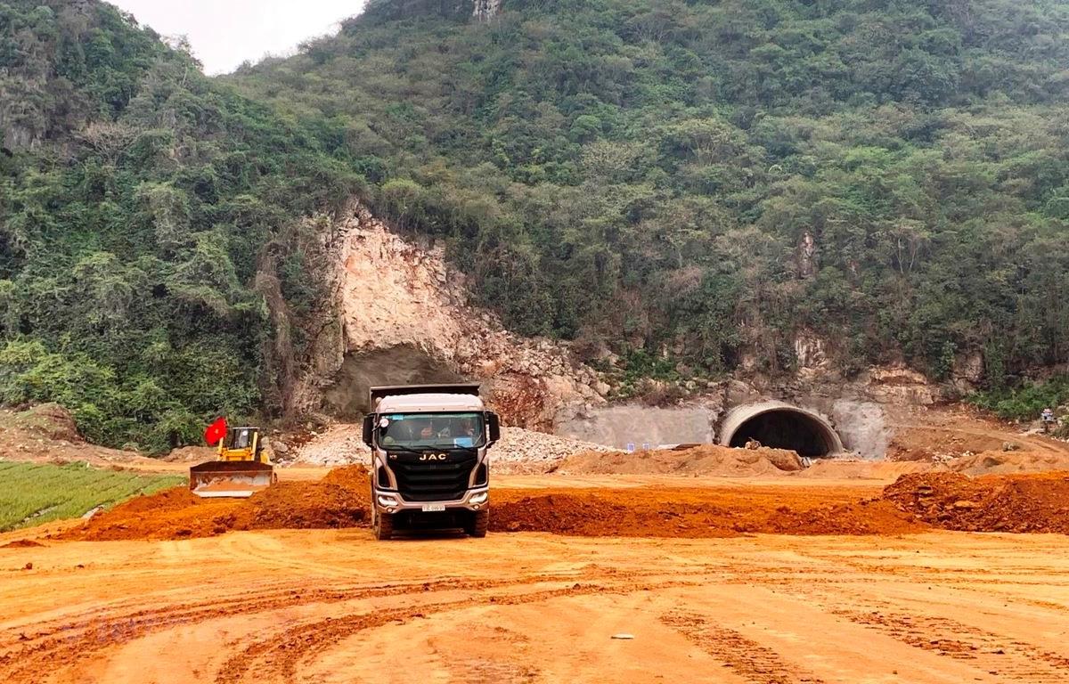 Đơn vị nhà thầu thi công một đoạn tuyến cao tốc Bắc-Nam phía Đông. (Ảnh: Việt Hùng/Vietnam+)