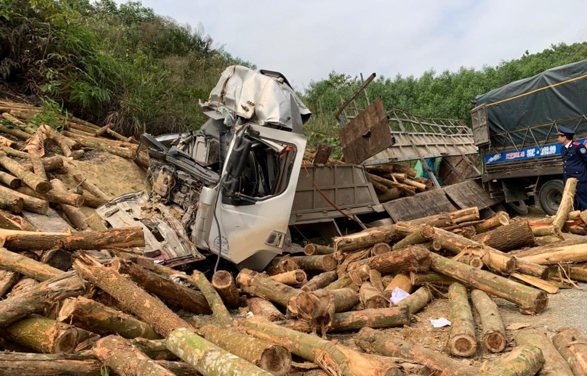 Hiện trường vụ tai nạn giao thông xe tải chở gỗ keo đâm vào ta luy đường làm 7 người tử vong ở Thanh Hóa. (Ảnh: CTV/Vietnam+)