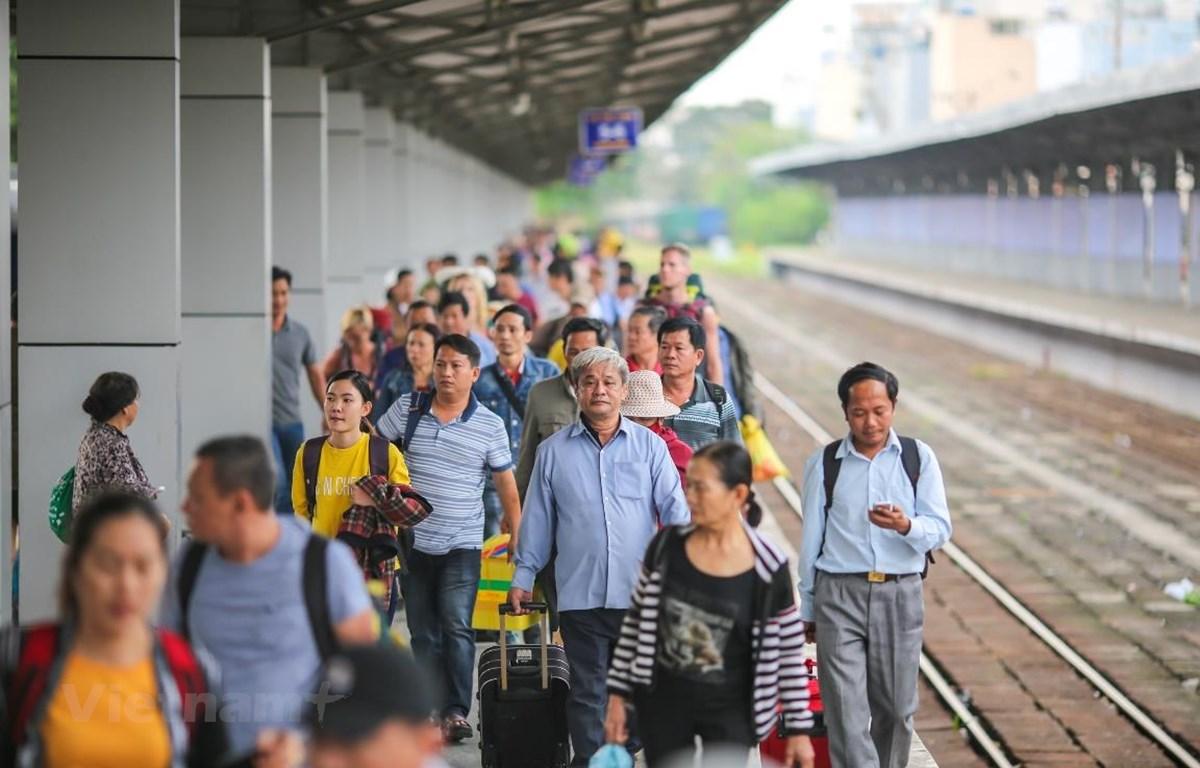 Ngành đường sắt giảm sâu vé đi tàu nhằm kích cầu đi lại của người dân. (Ảnh: Minh Sơn/Vietnam+)