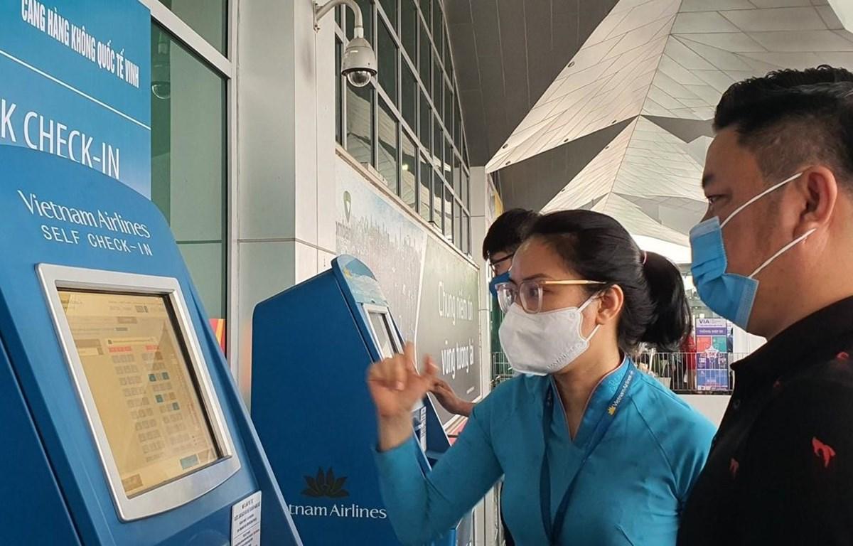 Hành khách tự làm thủ tục tại sân bay Vinh. (Ảnh: CTV/Vietnam+)