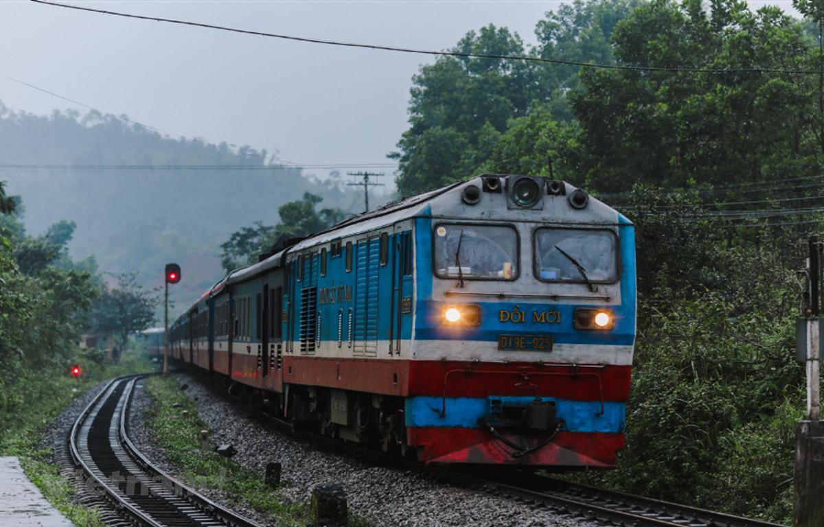 Ngành đường sắt đã tăng cường thêm nhiều chuyến tàu sau khi dịch COVID-19 được kiểm soát tốt ở các địa phương. (Ảnh: Minh Sơn/Vietnam+)