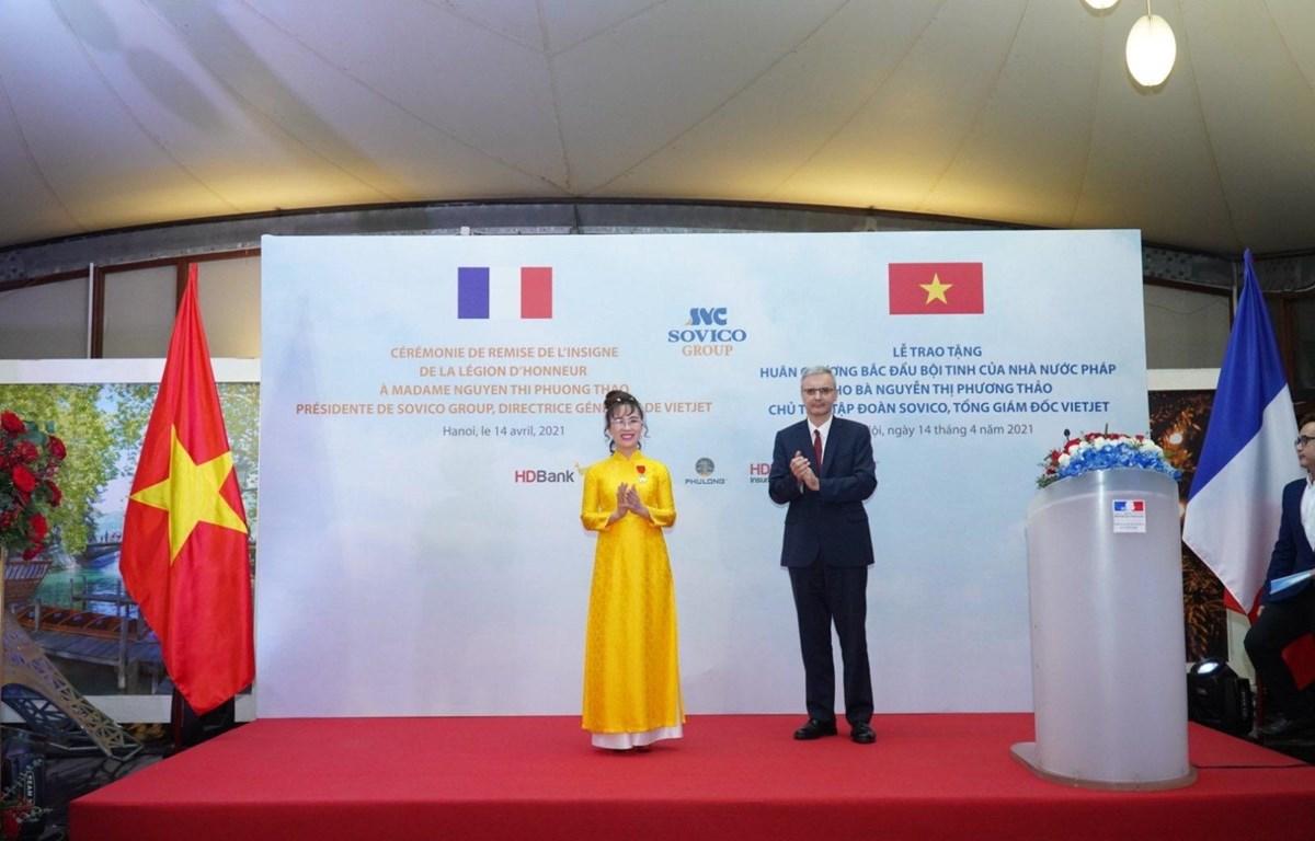 Đại sứ Pháp Nicolas Warnery trao Huân chương Bắc đẩu bội tinh cho bà Nguyễn Thị Phương Thảo. (Ảnh: CTV/Vietnam+)
