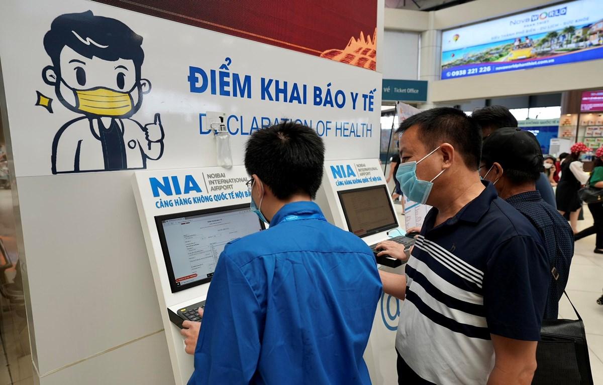Một điểm khai báo y tế trực tuyến ngay tại sân bay Nội Bài. (Ảnh: CTV/Vietnam+)