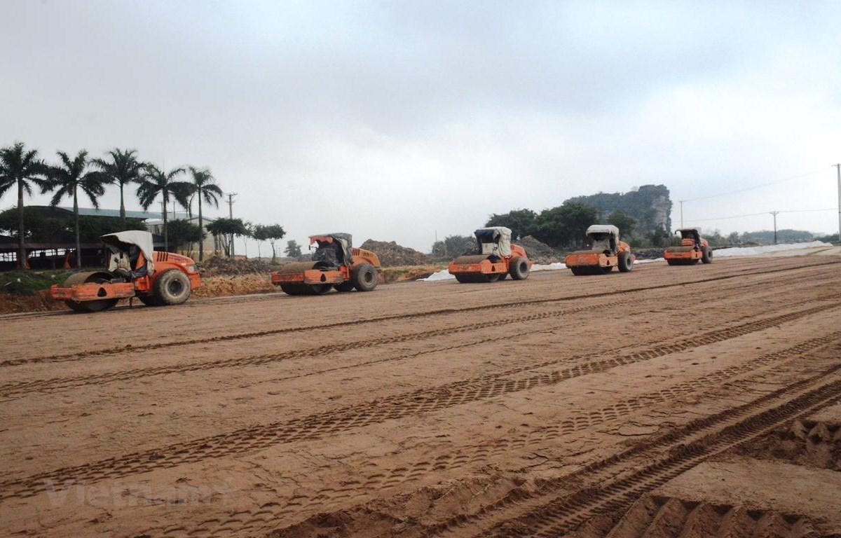 Nhà thầu thi công cao tốc Bắc-Nam đoạn tuyến Mai Sơn-Quốc lộ 45. (Ảnh: Việt Hùng/Vietnam+)