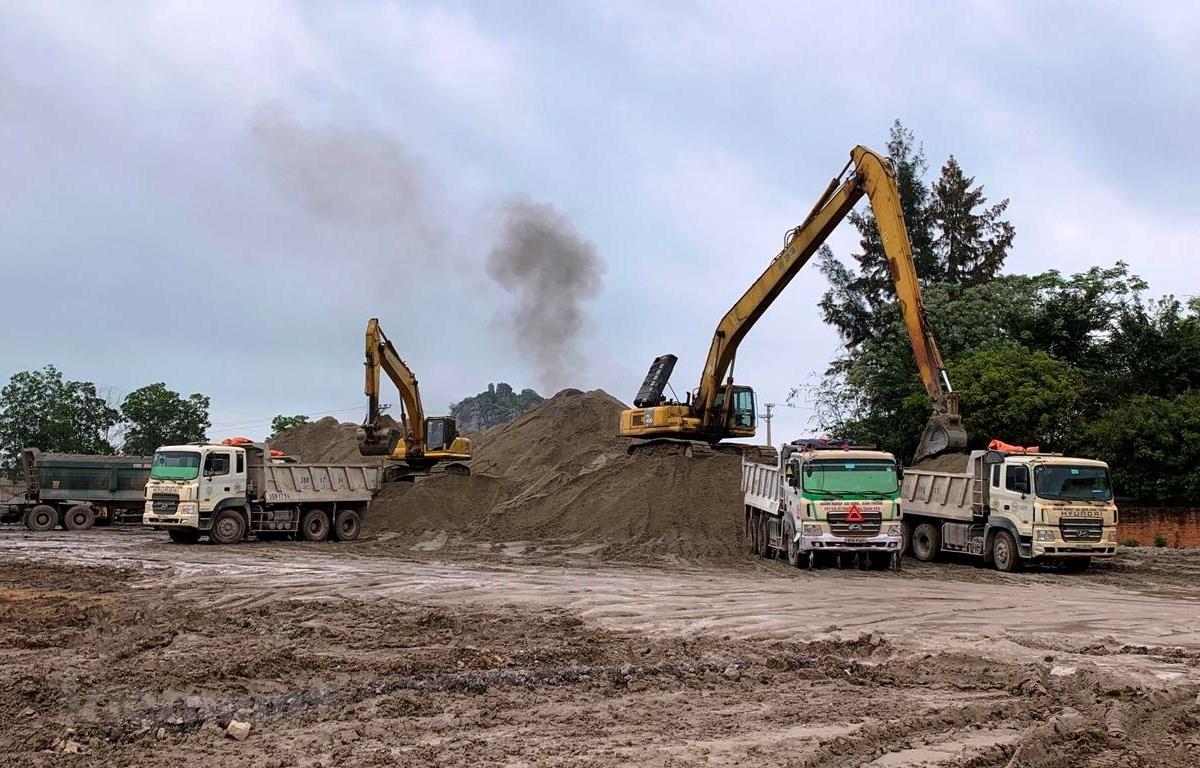 Nguồn vật liệu thi công đất đắp nền của dự án cao tốc Mai Sơn-Quốc lộ 45 vẫn đang thiếu. (Ảnh: Việt Hùng/Vietnam+)