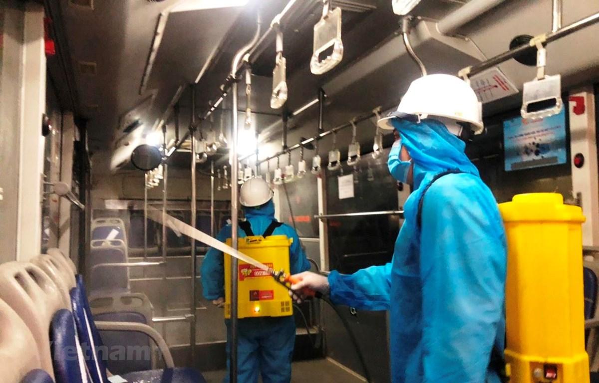Phun khử khuẩn bên trong xe buýt nhằm đảm bảo phòng chống dịch COVID-19. (Ảnh: CTV/Vietnam+)