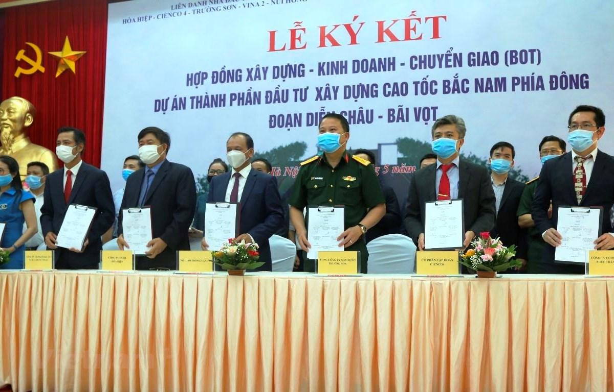 Lãnh đạo Bộ Giao thông Vận tải cùng đại diện nhà đầu tư, doanh nghiệp dự án ký hợp đồng BOT dự án cao tốc Diễn Châu-Bãi Vọt triển khai theo hình thức PPP. (Ảnh: Việt Hùng/Vietnam+)