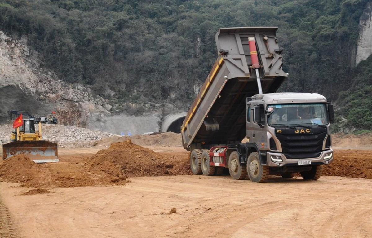 Nhà thầu triển khai thi công một đoạn tuyến cao tốc Bắc-Nam. (Ảnh: Việt Hùng/Vietnam+)