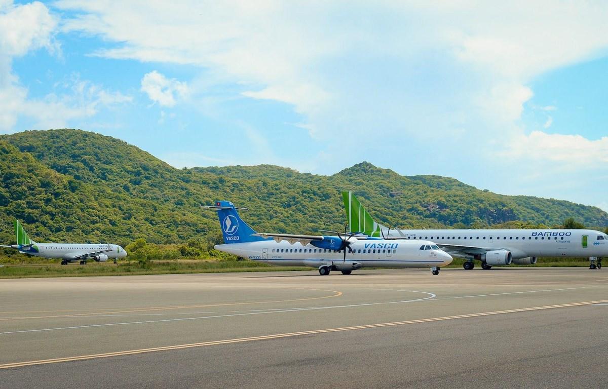 Máy bay của các hãng hàng không tại sân bay Côn Đảo. (Ảnh: CTV/Vietnam+)