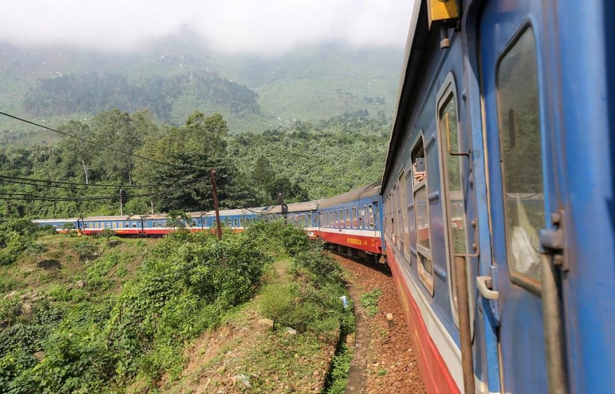 Ngành đường sắt chỉ còn chạy duy nhất một đôi tàu khách Bắc-Nam vì ảnh hưởng của dịch COVID-19. (Ảnh: Minh Sơn/Vietnam+)