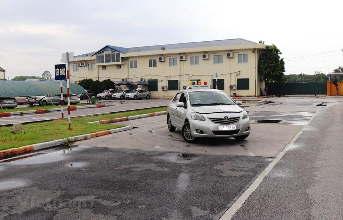 Học viên thi sát hạch lái xe sa hình tại một trung tâm sát hạch lái xe. (Ảnh: Việt Hùng/Vietnam+)