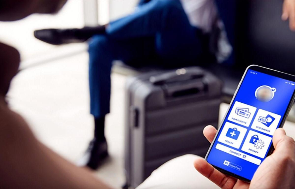 Một hành khách với chứng nhận an toàn COVID-19 khi làm thủ tục lên tàu bay (ảnh: IATA).
