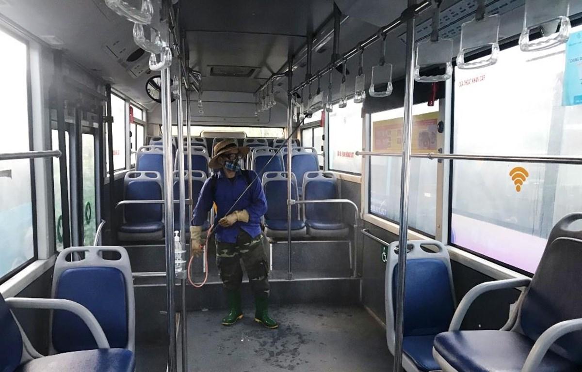 Xe buýt của Tổng công ty Vận tải Hà Nội luôn đảm bảo yêu cầu về phòng, chống dịch theo quy định như phun khử khuẩn phương tiện trước và sau mỗi đợt vận chuyển cách ly. (Ảnh: CTV/Vietnam+)