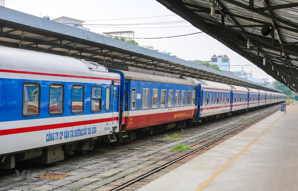 Đoàn tàu khách chạy tuyến Bắc-Nam của Tổng công ty Đường sắt Việt Nam. (Ảnh: Minh Sơn/Vietnam+)
