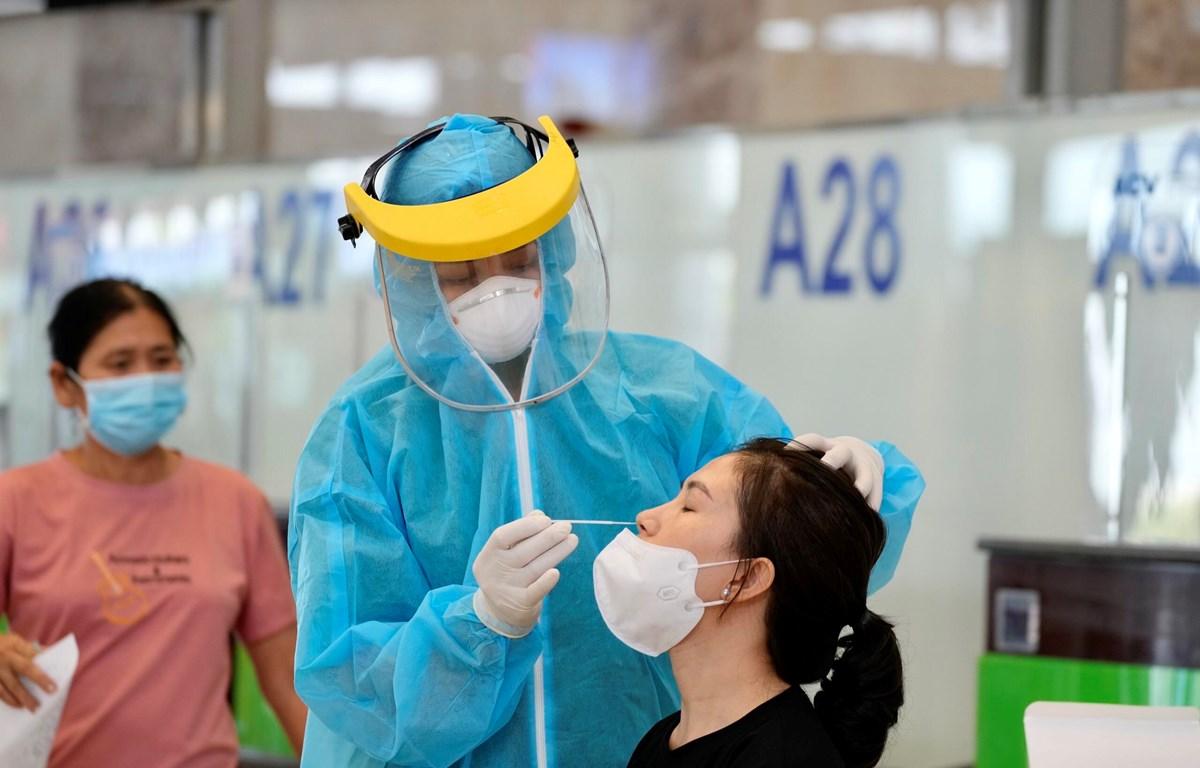Lấy mẫu xét nghiệm COVID-19 nhanh với hành khách bay chặng Hà Nội-Thành phố Hồ Chí Minh. (Ảnh: CTV/Vietnam+)