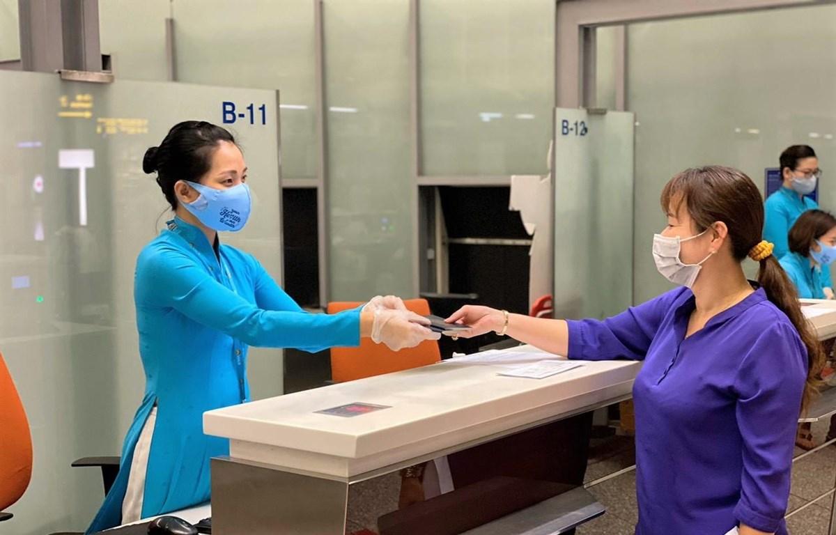 Hành khách làm thủ tục chuyến bay của hãng hàng không Vietnam Airlines. (Ảnh: CTV/Vietnam+)