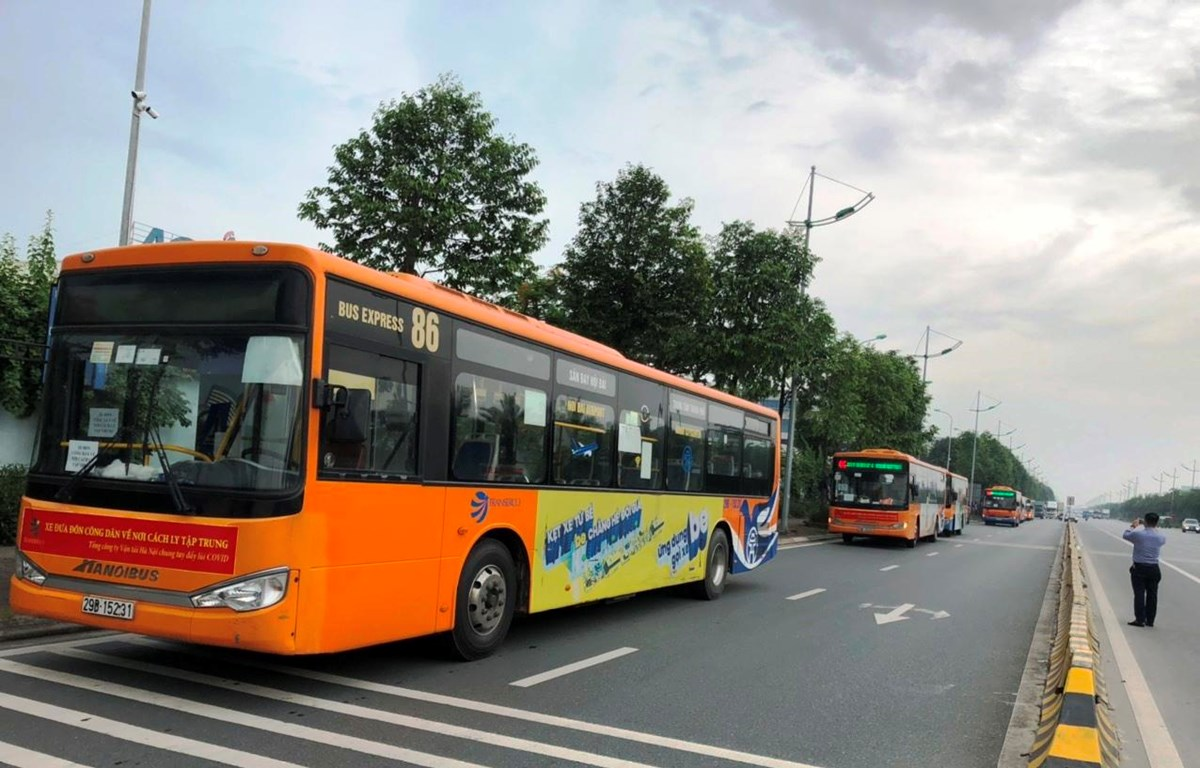 Transerco đã triển khai những chuyến xe đầu tiên đưa đón công dân từ sân bay Nội Bài đến các khu cách ly tập trung đối với những người dân từ các địa phương có dịch về Hà Nội. (Ảnh: CTV/Vietnam+)