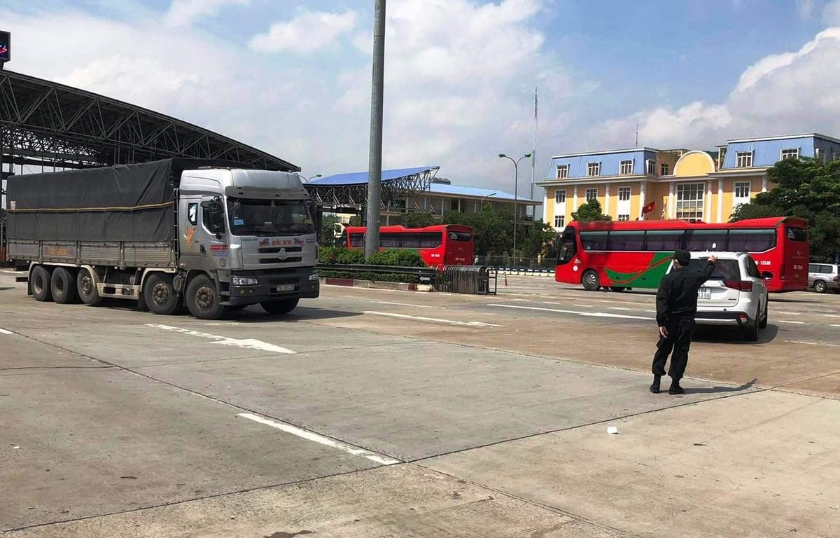 Chốt kiểm soát dịch COVID-19 đối với người và phương tiện ra vào thành phố Hà Nội. (Ảnh: CTV/Vietnam+)