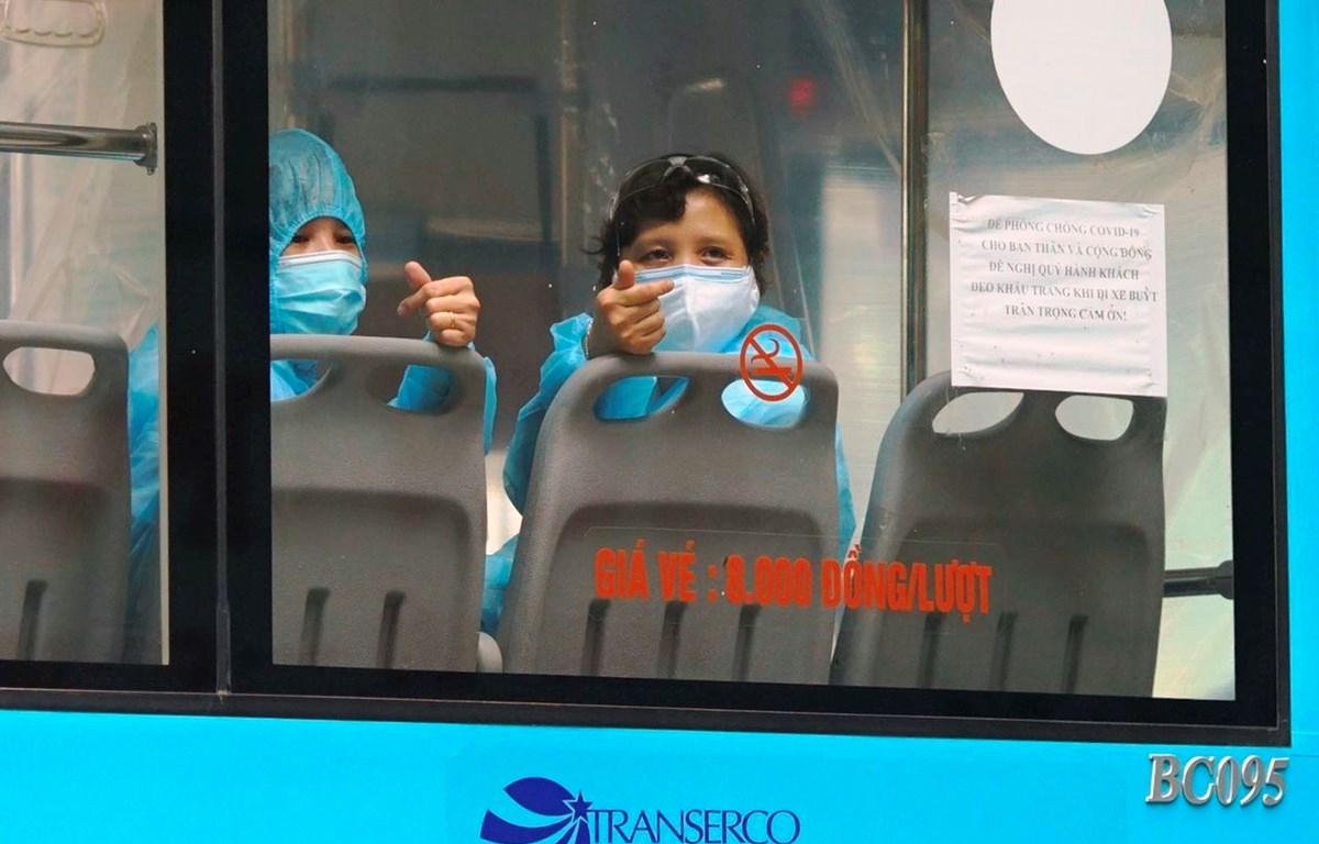 Xe buýt Hà Nội đưa các công dân F1 về các khu cách ly tập trung theo đúng quy định. (Ảnh: CTV/Vietnam+)