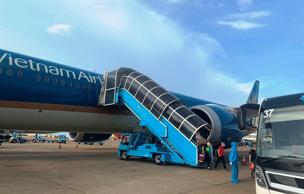 Chuyến bay VN213 chở 300 bác sĩ hạ cánh an toàn tại Thành phố Hồ Chí Minh chiều ngày 5/8. (Ảnh: CTV/Vietnam+)