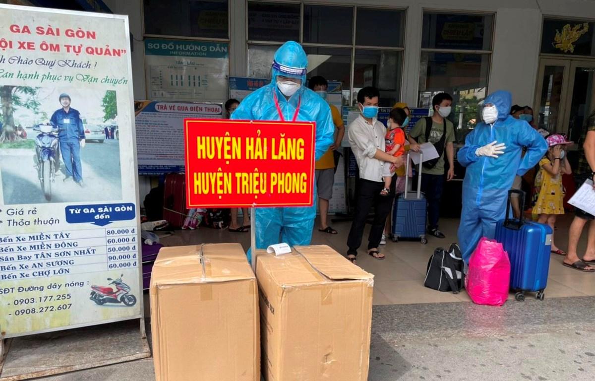 Người dân Quảng Trị mong mỏi về quê nên đã đến từ sớm để làm thủ tục theo hướng dẫn của địa phương và chờ đến giờ lên tàu. (Ảnh: CTV/Vietnam+)