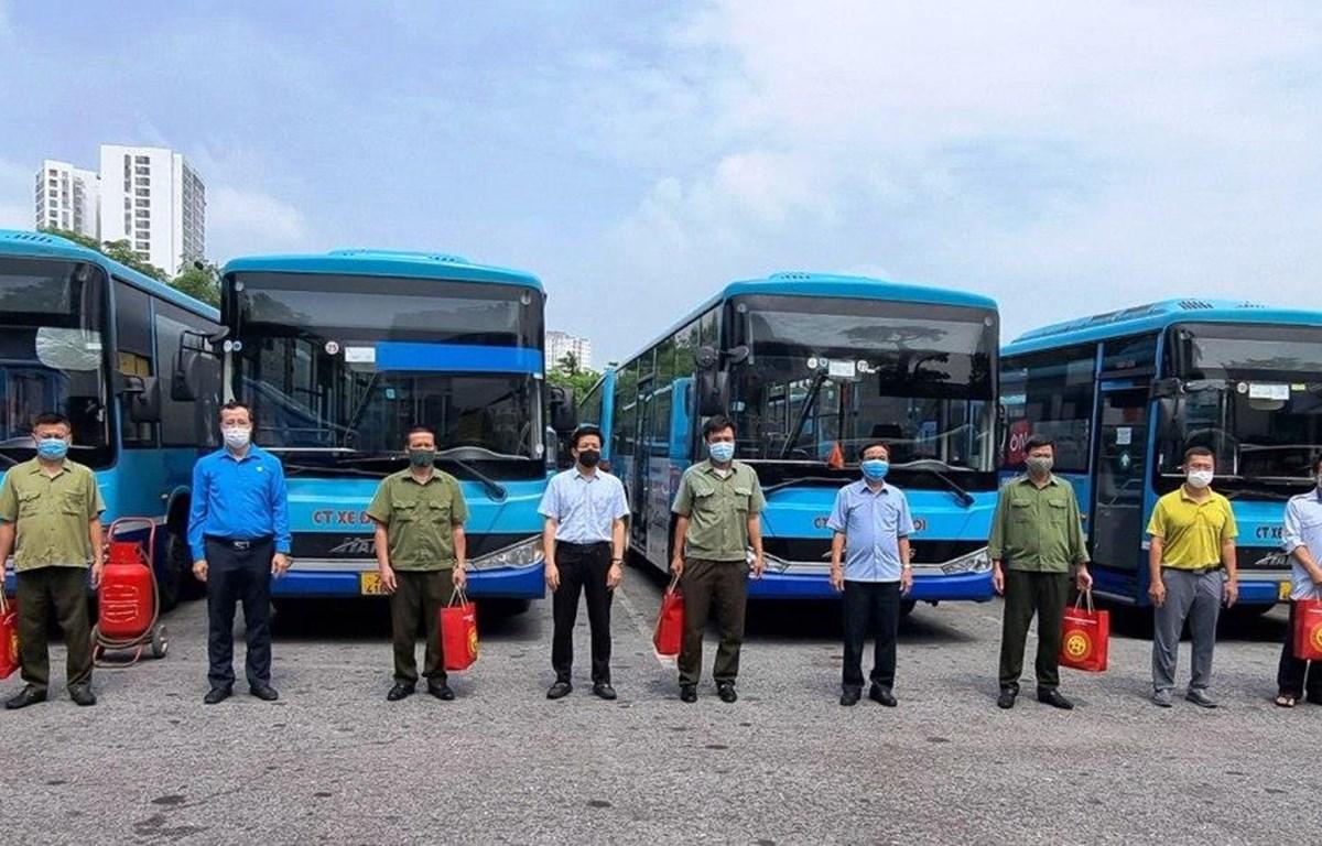 Công đoàn Tổng công ty Vận tải Hà Nội trao hỗ trợ những suất quà đến các công nhân lao động có hoàn cảnh khó khăn do ảnh hưởng của dịch COVID-19. (Ảnh: CTV/Vietnam+)