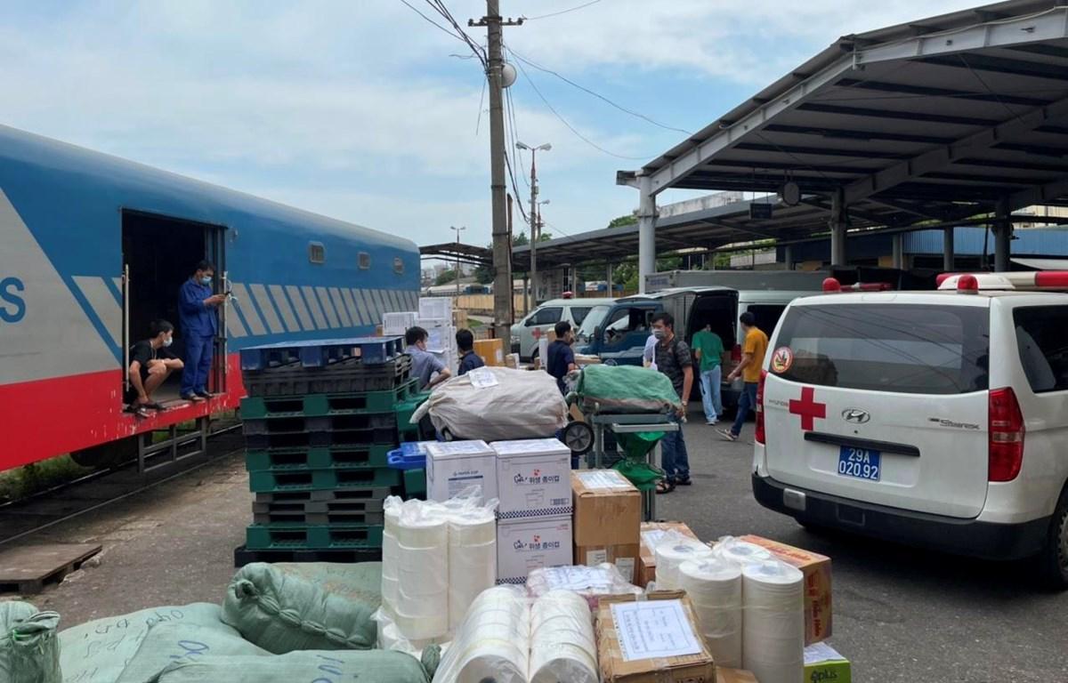 Ngành đường sắt đã liên tiếp vận chuyển nhiều chuyến hàng hóa miễn phí vào hỗ trợ miền Nam chống dịch COVID-19. (Ảnh: CTV/Vietnam+)