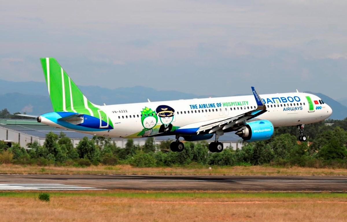 Hãng hàng không Bamboo Airways đưa đoàn y bác sĩ vào miền Nam, chở công dân hồi hương. (Ảnh: CTV/Vietnam+)