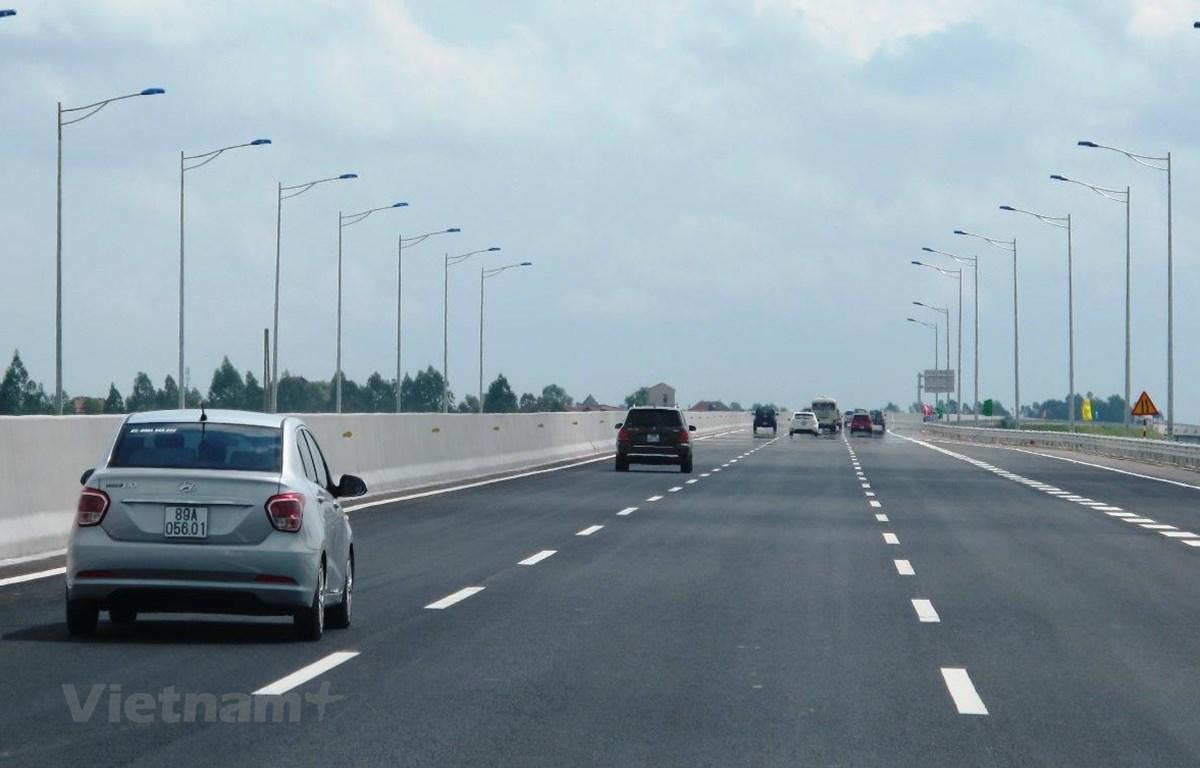 Phương tiện lưu thông trên đoạn tuyến cao tốc được đưa vào khai thác. (Ảnh: Việt Hùng/Vietnam+)