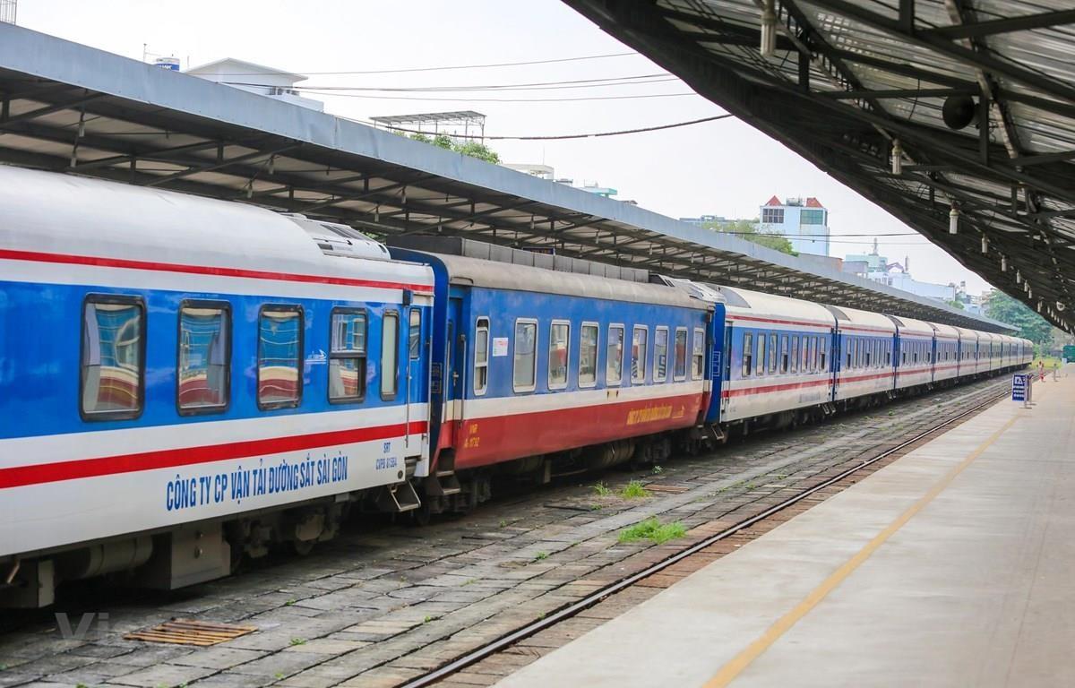 Đoàn tàu của Tổng công ty Đường sắt Việt Nam đang dừng ở một nhà ga đón trả khách. (Ảnh: Minh Sơn/Vietnam+)