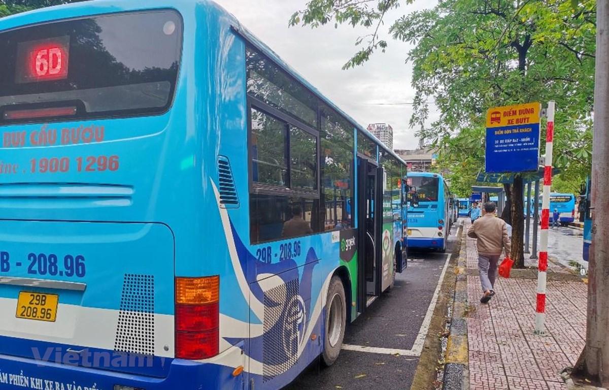 Xe buýt Hà Nội đã chính thức lăn bánh trở lại từ sáng 14/10. (Ảnh: Việt Hùng/Vietnam+)