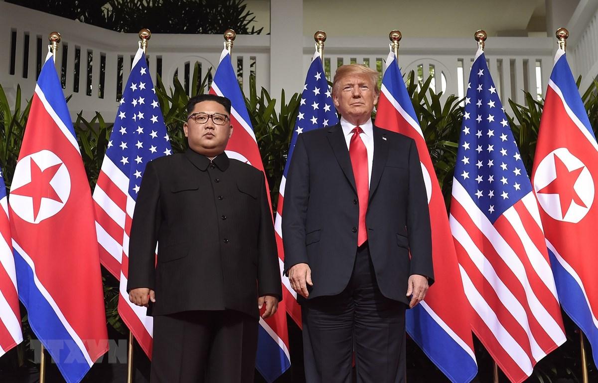 Tổng thống Mỹ Donald Trump (phải) trong cuộc gặp Chủ tịch Triều Tiên Kim Jong-un tại Hội nghị thượng đỉnh Mỹ- Triều lần thứ nhất ở Singapore ngày 12/6/2018. (Ảnh: AFP/TTXVN)
