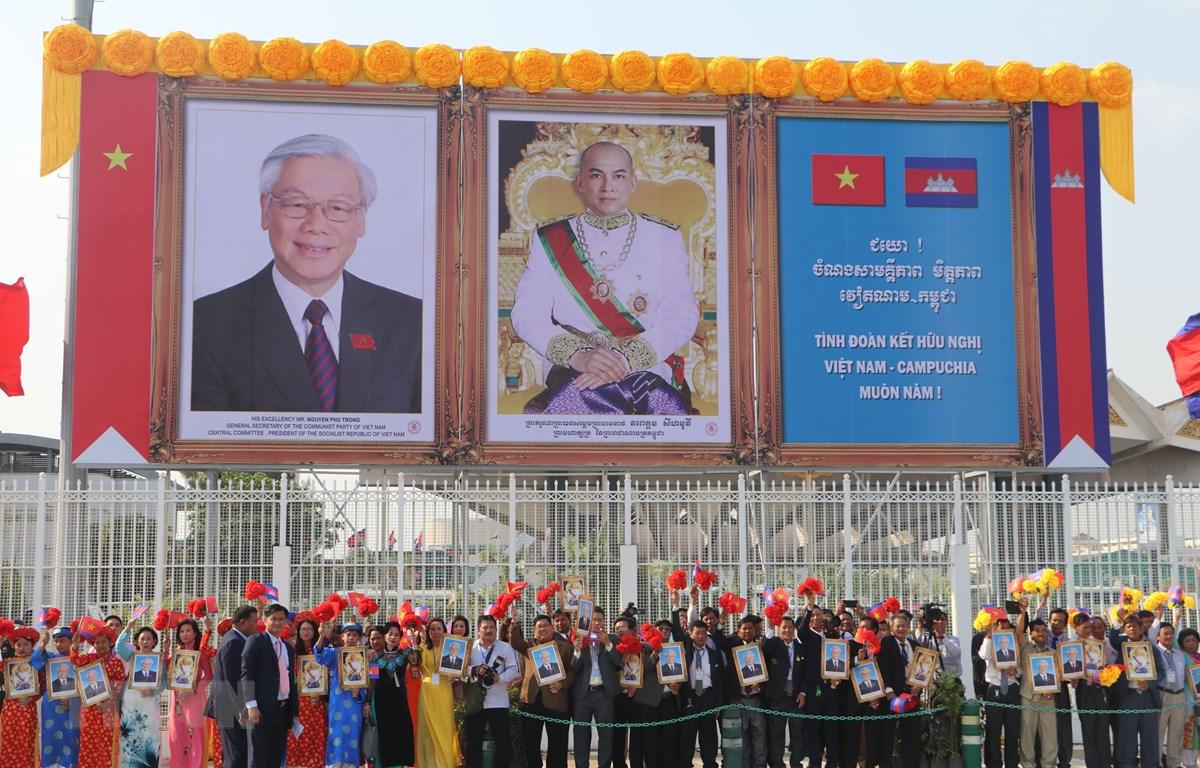 Đông đảo đại biểu, nhân dân đón Tổng Bí thư, Chủ tịch nước Nguyễn Phú Trọng tại sân bay Quốc tế Pochentong ngày 25/2. (Ảnh: Minh Hưng/TTXVN)