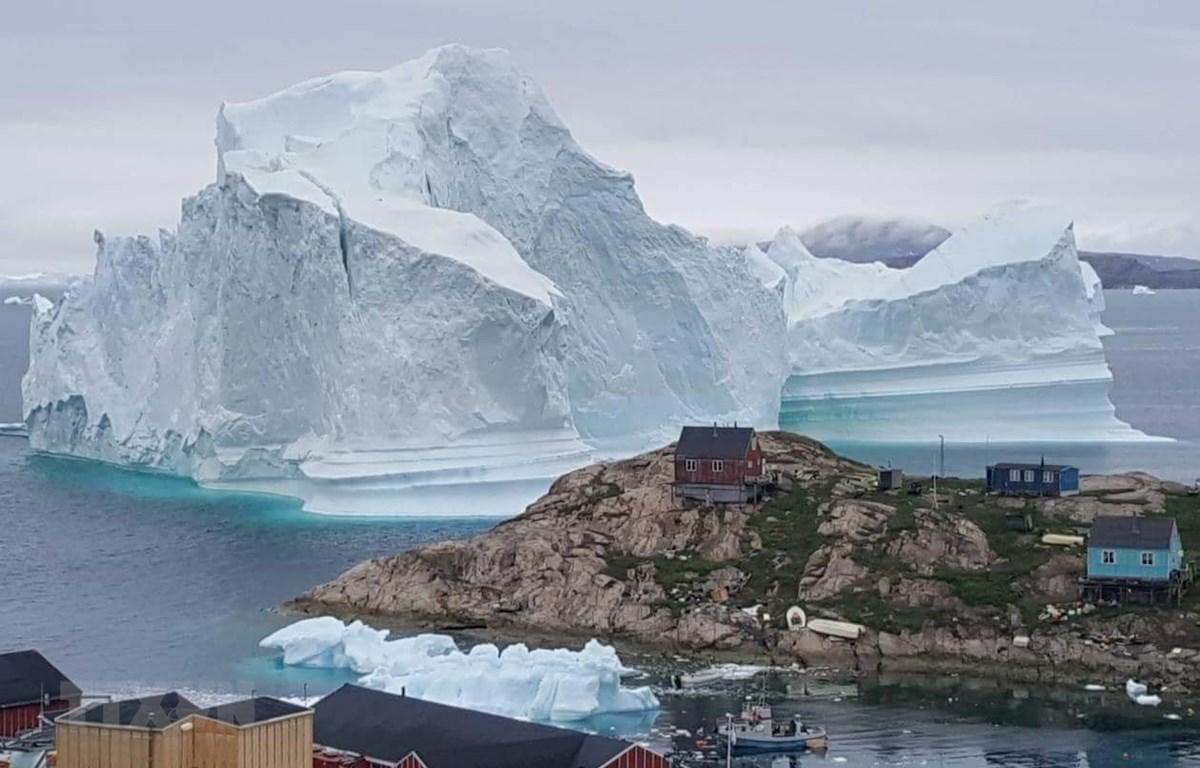 Hàng tỷ tấn nước tan ra từ các khối băng khổng lồ ở Greenland và Nam Cực có thể dẫn tới nhiều hình thái thời tiết cực đoan hơn, gây xáo trộn khí hậu Trái Đất trong nhiều thập kỷ tới. (Nguồn: AFP/TTXVN)