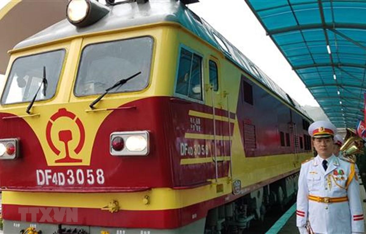 Đoàn tàu hỏa đặc biệt chở Chủ tịch Kim Jong-un và đoàn Triều Tiên đến ga Đồng Đăng lúc 8 giờ 13 phút ngày 26/2. (Ảnh: Nhan Sáng/TTXVN)