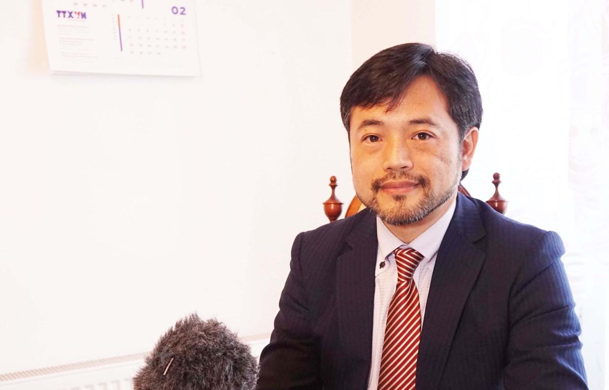 Tiến sỹ Takashi Hosoda trả lời phỏng vấn. (Ảnh: PV/Vietnam+)
