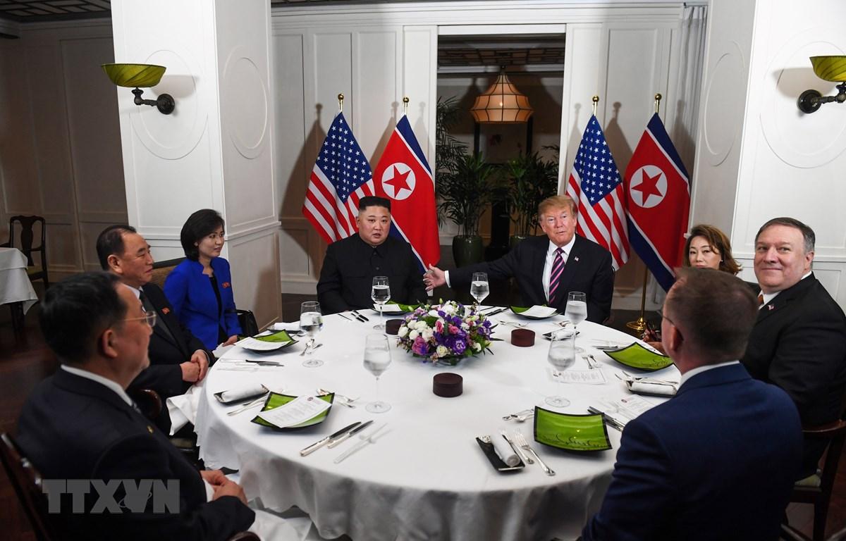 Tổng thống Mỹ Donald Trump (giữa, phải) và Chủ tịch Triều Tiên Kim Jong-un (giữa, trái) dùng bữa tối thân mật trong cuộc gặp tại Hội nghị thượng đỉnh Mỹ-Triều lần hai ở Hà Nội ngày 27/2/2019. (Ảnh: AFP/TTXVN)