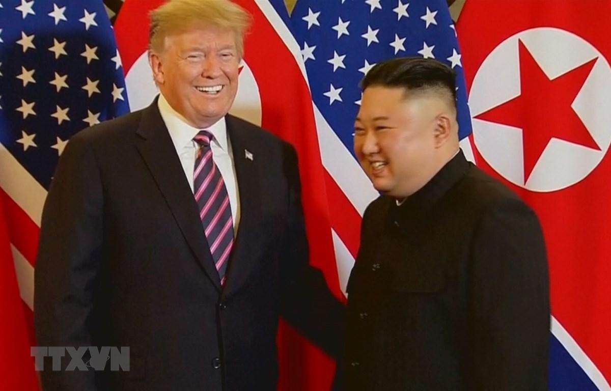 Tổng thống Mỹ Donald Trump và Chủ tịch Triều Tiên Kim Jong-un bày tỏ sự thoải mái, thân thiện sau khi bắt tay nhau. (Ảnh: TTXVN)