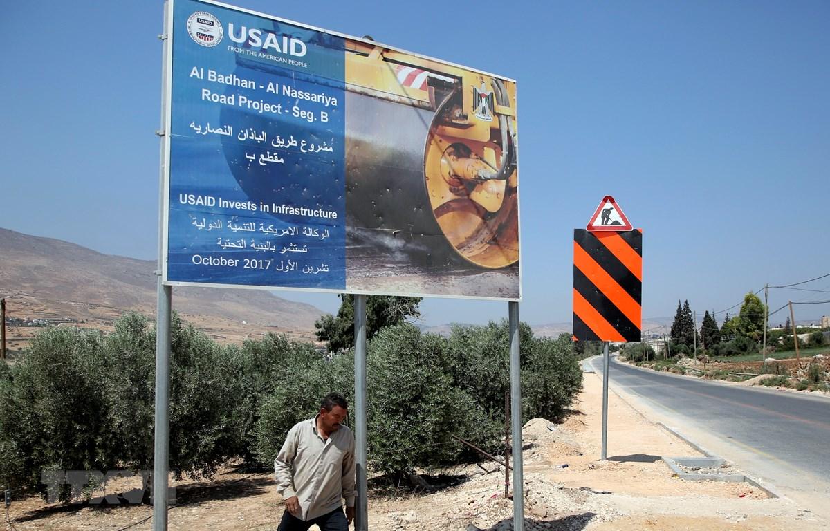 Biển báo của Cơ quan Phát triển Quốc tế của Mỹ (USAID) tại làng al-Badhan, phía bắc Nablus, Bờ Tây, ngày 25/8/2018. (Ảnh: AFP/ TTXVN)