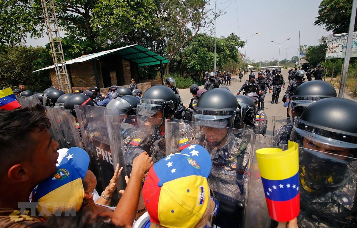 Người biểu tình ủng hộ phe đối lập xung đột với Lực lượng biên phòng Venezuela tại cây cầu quốc tế ở thành phố San Antonio del Tachira, giáp giới Colombia ngày 23/2/2019. (Ảnh: AFP/TTXVN)