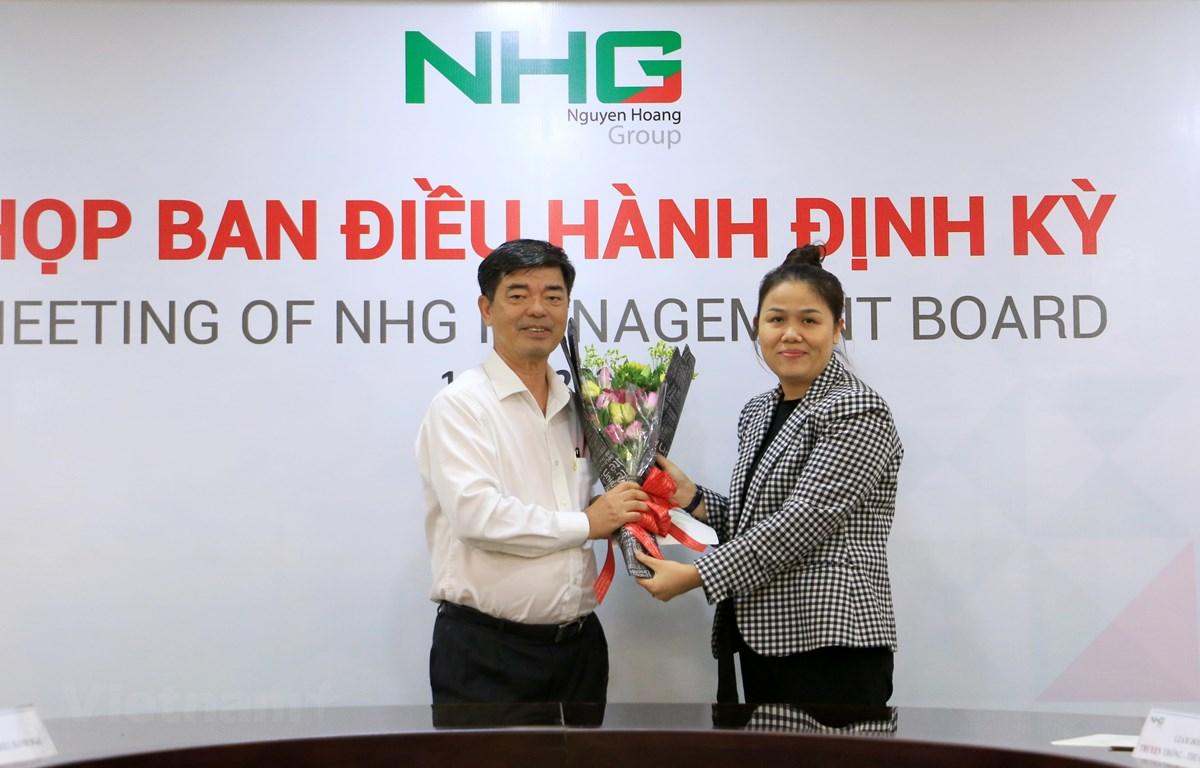 Phó giáo sư-tiến sỹ Thái Bá Cần, Phó Tổng Giám đốc phát triển đại học NHG (trái) sẽ đảm nhiệm vị trí Giám đốc Ban Đại học NHG kiêm nhiệm Phó Chủ tịch thường trực của Hội đồng Đại học. (Ảnh: PV/Vietnam+)