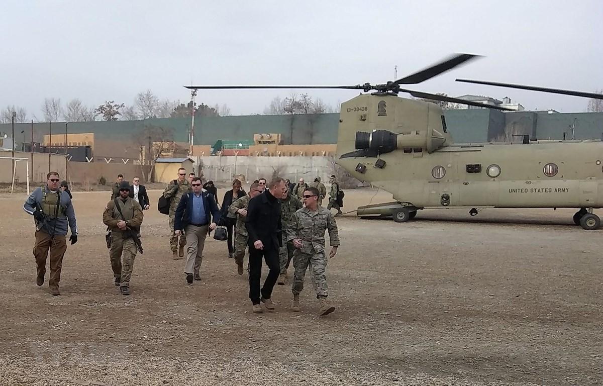 Quyền Bộ trưởng Quốc phòng Mỹ Patrick Shanahan (thứ 2, phải, phía trước) tới Kabul trong chuyến thăm bất ngờ Afghanistan ngày 11/2/2019. (Ảnh: AFP/TTXVN)