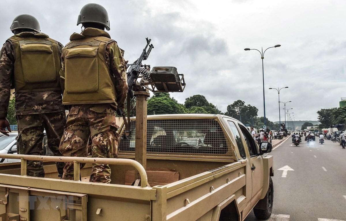 Binh sỹ Mali tuần tra trên các đường phố ở Bamako. (Ảnh: AFP/TTXVN)