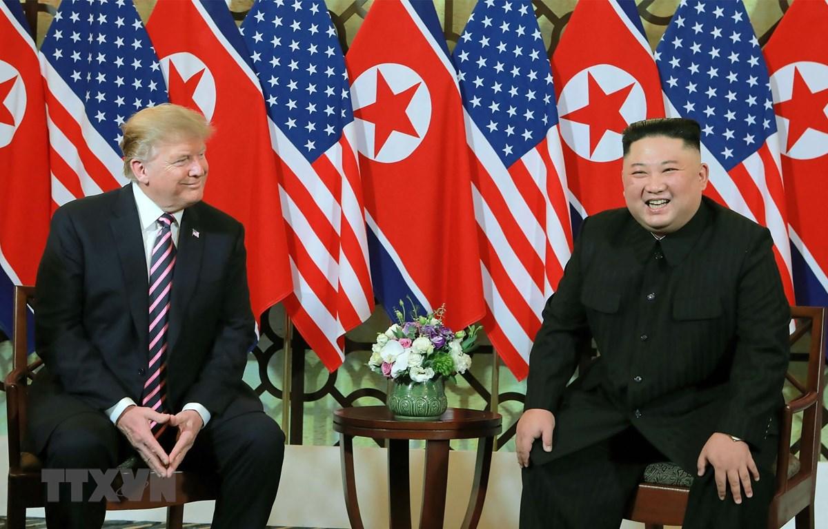 Tổng thống Mỹ Donald Trump (trái) và Chủ tịch Triều Tiên Kim Jong-un trong cuộc gặp đầu tiên tại Hội nghị thượng đỉnh Mỹ-Triều lần thứ hai ở Hà Nội ngày 27/2/2019. (Ảnh: AFP/TTXVN)