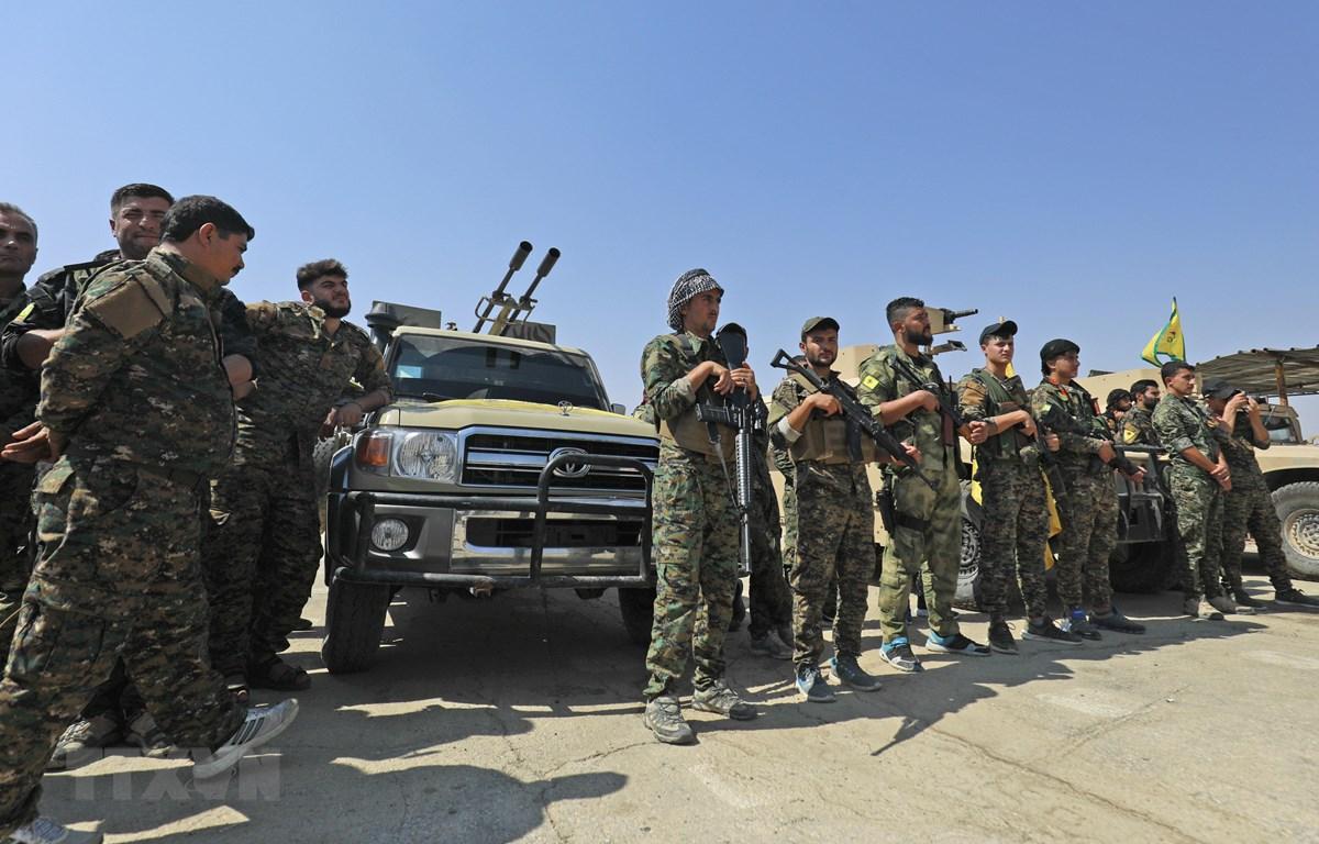 Các thành viên Lực lượng Dân chủ Syria chuẩn bị chiến dịch truy quét các tay súng Tổ chức Nhà nước Hồi giáo tự xưng (IS) tại thị trấn Shadadi, gần thành phố Hassakeh, miền Đông Bắc Syria ngày 11/9/2018. (Ảnh: AFP/TTXVN)